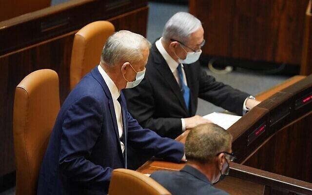 Le ministre de la Défense Benny Gantz (à gauche) et le Premier ministre Benjamin Netanyahu à l'assemblée plénière de la Knesset le 24 août 2020. (Bureau du porte-parole de la Knesset)