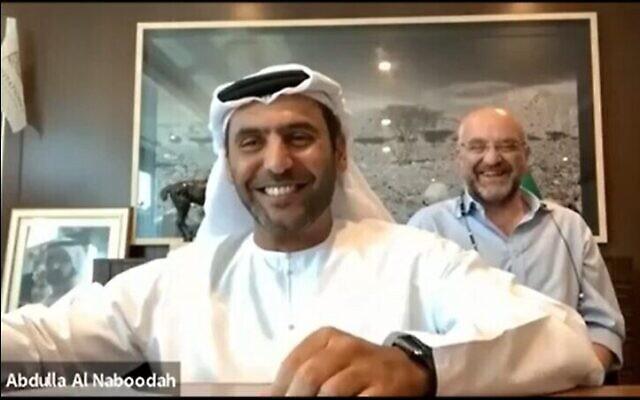 Abdullah Saeed Al Naboodah, président d' Al Naboodah Investments à Dubaï et  Jon Medved, directeur-général d'OurCrowd à Jérusalem, signent un protocole d'accord visant à renforcer les liens commerciaux entre start-ups et investisseurs des EAU et d'Israël. (Crédit : OurCrowd)