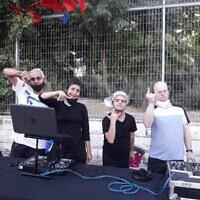 Noam Yomtovyan (deuxième à partir de la droite) et certains de ses collègues DJ spéciaux se produisant dans des résidences-services et des hôtels pour coronavirus à Jérusalem, le 7 octobre 2020. (Avec l'aimable autorisation de Tzamid)