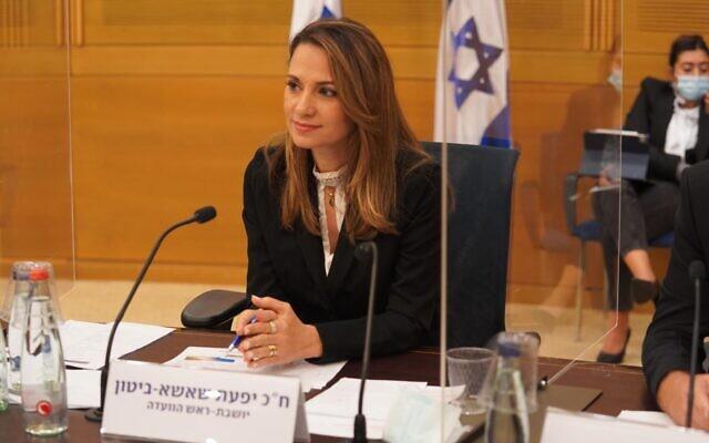La députée du Likud Yifat Shasha-Biton lors d'une réunion de la commission du coronavirus de la Knesset à Jérusalem, le 13 octobre 2020. (Shmulik Grossman/Knesset)