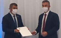 Le représentant émirati Omar Saif Ghobash (à droite) remettant une lettre au ministre des Affaires étrangères Gabi Ashkenazi lors d'une cérémonie en Israël, le 20 octobre 2020. (Ministère des Affaires étrangères)