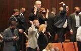 Des députés de l'opposition expriment leur colère après l'annulation par le président de la Knesset Yariv Levin du vote demandant une enquête sur l'affaire des sous-marins, le 21 octobre 2020. (Shmulik Grossman/Knesset)