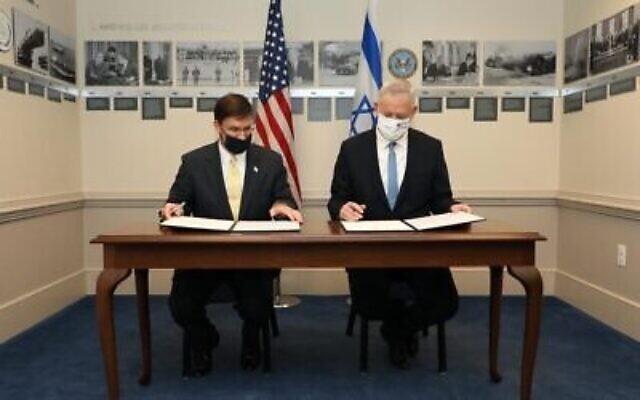 Le ministre de la Défense Benny Gantz, à droite, et le secrétaire d'Etat américain à la Défense, Mark Esper, signent une déclaration conjointe au Pentagone, le 22 octobre 2020. (Crédit : Shmulik Almani/ministère de la Défense)