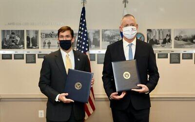 Le ministre de la Défense Benny Gantz, (à droite), et le secrétaire d'Etat américain à la Défense, Mark Esper, lors d'une conférence de presse conjointe au Pentagone, le 22 octobre 2020. (Crédit : Shmulik Almani/ministère de la Défense)