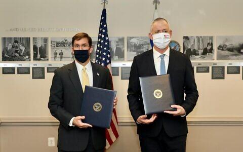 Le ministre de la Défense Benny Gantz, à droite, et le secrétaire d'Etat américain à la Défense, Mark Esper, lors d'une conférence de presse conjointe au Pentagone, le 22 octobre 2020. (Crédit : Shmulik Almani/ministère de la Défense)