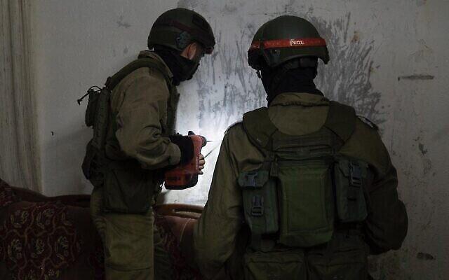 Des soldats israéliens prenne les dimensions de la maison d'un Palestinien soupçonné d'avoir assassiné un soldat avec une brique, dans le village cisjordanien de Yabed, le 11 juin 2020. (Crédit : armée israélienne)