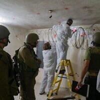 Des soldats israéliens scellent la chambre d'un meurtrier palestinien présumé, à Yabed, le 21 octobre 2020. (Crédit : armée israélienne)