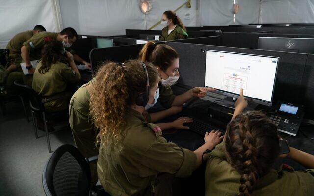 Les soldats effectuent un suivi des contacts pour les malades du coronavirus. (Crédit : Armée israélienne)