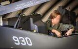 Capitaine « Shin », la seule femme pilote de F-35 de l'armée de l'air israélienne – qui n'est identifiée que par son rang et l'initiale hébraïque de son nom – assise dans l'un des avions de combat de cinquième génération sur une photographie non datée. (Armée de défense d'Israël)