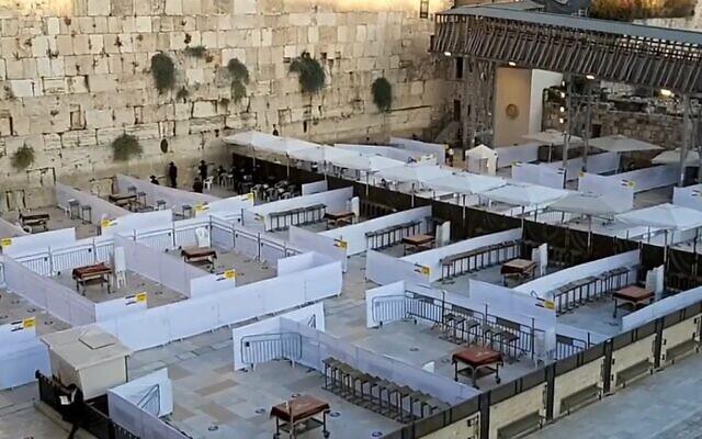 Le mur Occidental, sectionné en zones de prière, dans le cadre des restrictions liées à la pandémie de coronavirus, le 15 octobre 2020. (Crédit : Western Wall Heritage Foundation)
