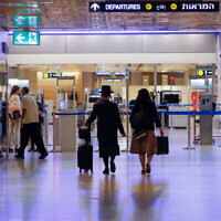 Voyageurs à l'aéroport international de Ben Gurion, lors d'un confinement national, le 12 octobre 2020. (Olivier Fitoussi/FLASH90)