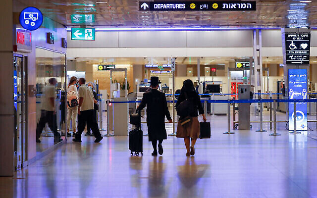 Voyageurs à l'aéroport international de Ben Gurion, lors d'un confinement national, le 12 octobre 2020. (Olivier Fitoussi/FLASH90)
