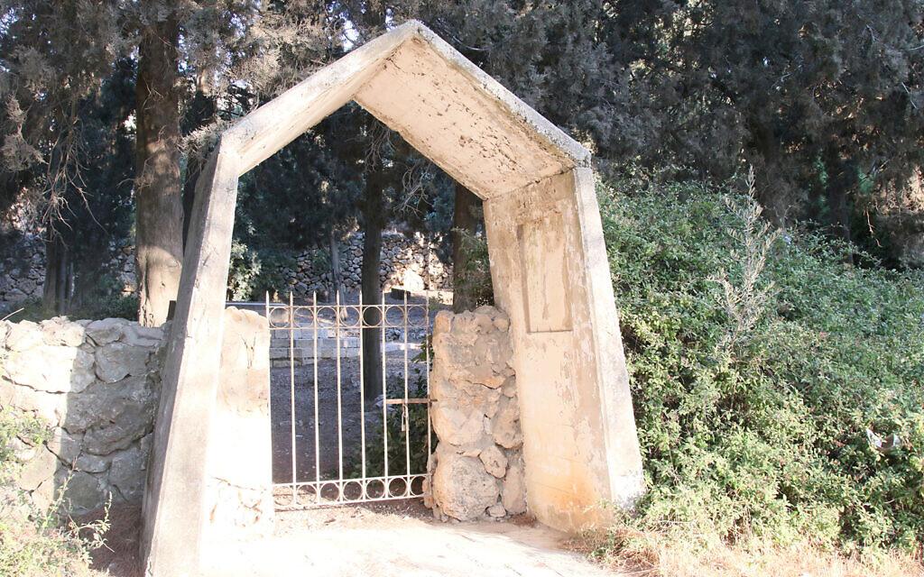 Un portail permet d'entrer sur le seul terrain appartenant depuis l'antiquité à une famille juive. Y ont été enterrés les membres de la famille Bentwich, parmi les premiers sionistes de Grande-Bretagne. (Crédit : Shmuel Bar-Am)