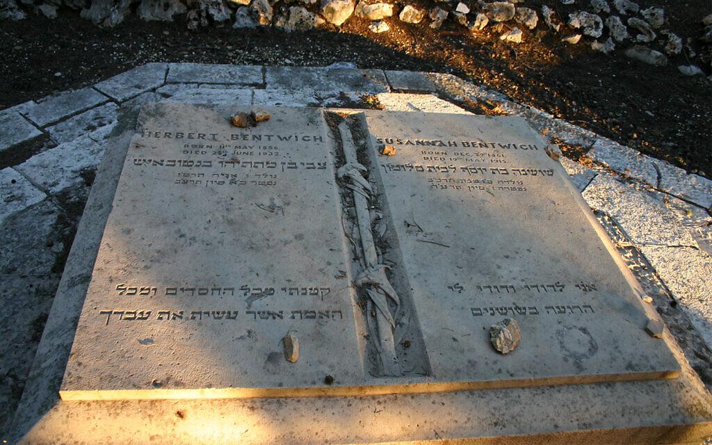 La tombe de Herbert Bentwich et de son épouse Susannah. Herbert avait aidé à esquisser la déclaration Balfour de 1917. (Crédit :  Shmuel Bar-Am)