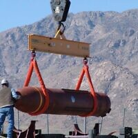 Prototype du Massive Ordnance Penetrator (bombe massive anti-bunker) de 13,6 tonnes sur un champ de tir à White Sands, Nouveau-Mexique, le 14 mars 2007. (AP/Autorisation Défense Threat Reduction Agency)