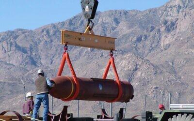 Prototype du Massive Ordnance Penetrator (bombe massive anti-bunker) de 13,6 tonnes sur un champ de tir à White Sands, Nouveau-Mexique, le 14 mars 2007. (AP/Autorisation Défense Threat Reduction Agency)