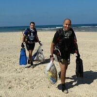 Des plongeurs volontaires aident à collecter des ordures de la mer méditerranée. (Crédit : Dov Greenblatt, Société pour la protection de la nature en Israël)