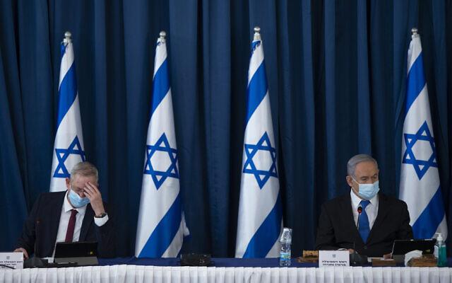 Le Premier ministre Benjamin Netanyahu, à droite, et le ministre de la Défense Benny Gantz lors de la réunion hebdomadaire du cabinet au ministère des Affaires étrangères à Jérusalem, le 5 juillet 2020. (Amit Shabi/Flash90)