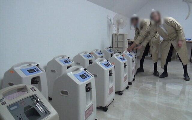 Les concentrateurs d'oxygène utilisés par une initiative médicale ultra-orthodoxe qui soigne les malades à domicile sous le radar des autorités au mois d'octobre 2020. (Capture d'écran : Douzième chaîne)