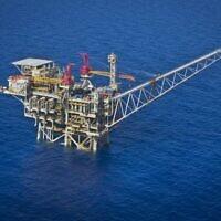 """Vue aérienne de la plate-forme de traitement de gaz israélienne """"Tamar"""" à 24 kilomètres au large de la côte sud d'Ashkelon. Noble Energy et Delek sont les principaux partenaires dans le domaine pétrolier, 11 octobre 2013. (Moshe Shai/FLASH90)"""
