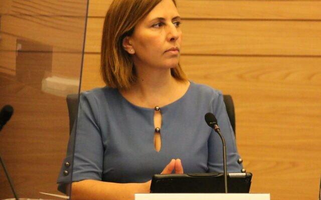 Gila Gamliel, ministre de la Protection de l'environnement, assiste à un débat de la commission de l'économie de la Knesset sur la consignation des bouteilles, 14 septembre 2020 (Autorisation)