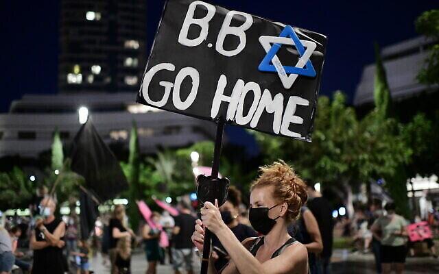 Des militants manifestent contre le Premier ministre Benjamin Netanyahu sur la place Dizengoff à Tel Aviv le 10 octobre 2020 (Tomer Neuberg/Flash90)