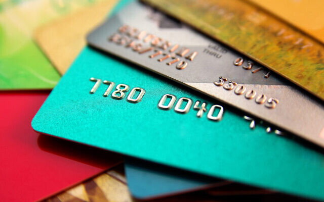 Une image illustrant une pile de cartes de crédit multicolores. (alexialex ; iStock par Getty Images)