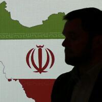 Un expert en cybersécurité se tient devant une carte de l'Iran alors qu'il parle à des journalistes des techniques de piratage informatique iraniennes, le 20 septembre 2017, à Dubaï, aux Émirats arabes unis. (AP/Kamran Jebreili)