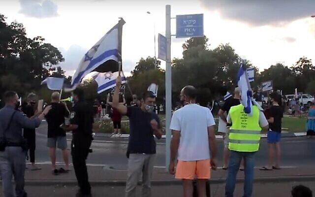 Kikar Meged, un rond-point de Pardes Hanna, où des manifestants anti-Netanyahu auraient été agressés.  (Capture écran/YouTube)