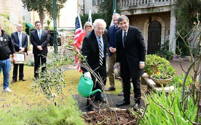 L'ambassadeur américain en Israël David Friedman (à gauche) et le chef du KKL-JNF Daniel Atar plantent un arbre pour Tu B'Shvat à la résidence de l'ambassadeur américain à Jérusalem, le 12 février 2020. (Rafi Ben Hakoon/KKL-JNF)
