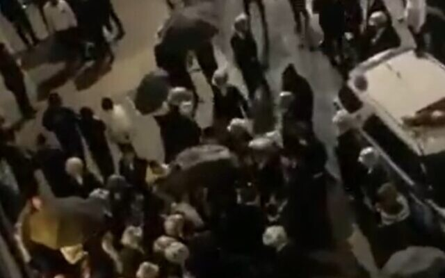 La foule réunie devant le domicile du journaliste juif américain Jaocb Kornbluh à Borough Park le 12 octobre 2020 (Capture d'écran : Twitter/Yid info)