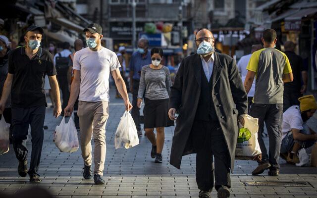 Des gens portent des masques au marché Mahane Yehuda à Jérusalem le 30 septembre 2020, lors d'un confinement national pour empêcher la propagation du COVID-19. (Olivier Fitoussi/Flash90)