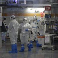 Des professionnels de la santé munis d'un équipement de protection complet travaillent dans l'unité de soins intensifs de coronavirus, construite dans un parking souterrain du centre médical Sheba à Ramat Gan, le 30 septembre 2020, au milieu d'un pic de cas de COVID-19. (AP Photo/Maya Alleruzzo)