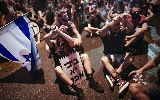 Les manifestants bloquent une route alors qu'ils manifestent contre le Premier ministre Benjamin Netanyahou à Tel-Aviv le 30 septembre 2020. (Miriam Alster/Flash90)