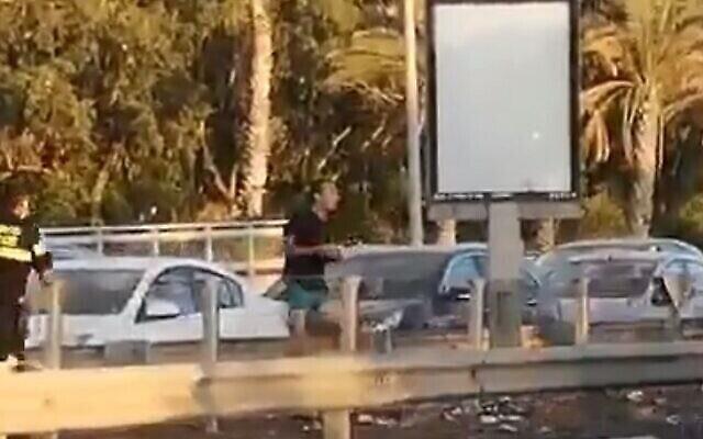 Dennis Potodinsky lance des pierres sur des manifestants anti-Netanyahu. (Capture écran/Twitter)