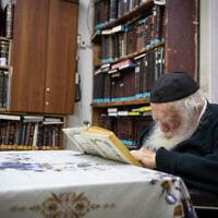 Le Rav Chaim Kanievsky à son domicile dans la ville centrale de Bnei Brak le 22 septembre 2020. (Aharon Krohn/Flash90)