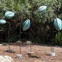 """Une sculpture de l'artiste Sigalit Landau présentée dans l'exposition """"Retour à la nature"""" visible dans les Jardins botaniques de Jérusalem jusqu'à la fin novembre 2020. (Autorisation : Jardins botaniques de Jérusalem)"""