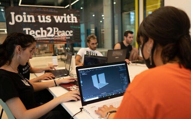 Les participants font preuve de créativité sur leur ordinateur portable lors d'un séminaire à Tech2Peace, septembre 2020 (Micha Silverman)