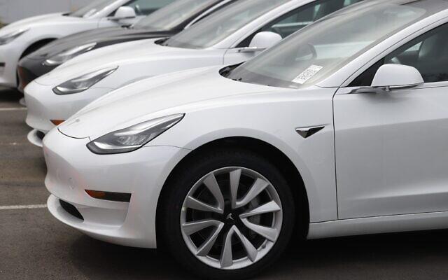 Des voitures Model 3 de Tesla en vente à Littleton, dans le Colorado, le 26 avril 2020 (Crédit : AP Photo/David Zalubowski)