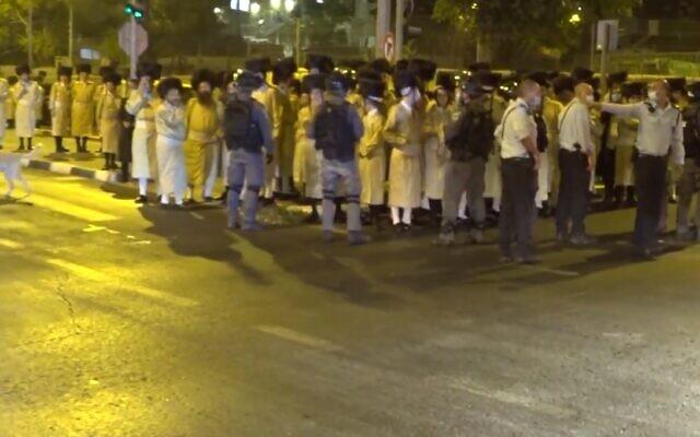 Des funérailles massives à Jérusalem, le 5 octobre 2020 (Capture d'écran via Kikar Hashabat)