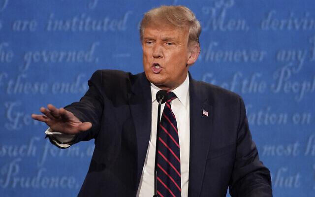 Le président Donald Trump fait un geste lors du premier débat présidentiel, mardi 29 septembre 2020, à la Case Western University et à la Cleveland Clinic, à Cleveland, Ohio. (AP/Julio Cortez)