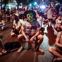 Des manifestants bloquent une route alors qu'ils manifestent contre le Premier ministre Benjamin Netanyahu à Tel-Aviv le 30 septembre 2020. (Miriam Alster/Flash90)