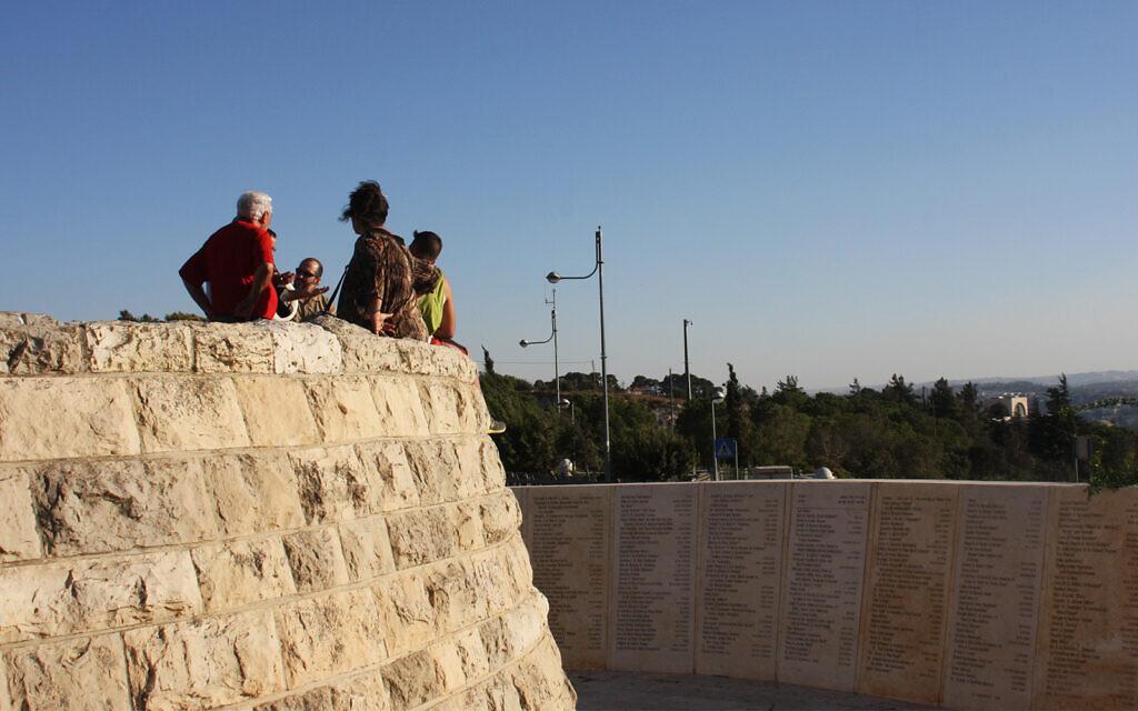 Les noms des donateurs de l'Université hébraïque sont inscrits sur le mur de Vie, situé à l'observatoire du Mont Scopus. Shmuel Bar-Am)