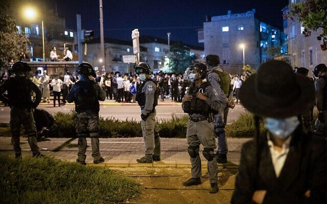 La police se tient sur ses gardes alors que les manifestants manifestent contre la réglementation due au coronavirus dans le quartier ultra-orthodoxe de Mea Shearim, à Jérusalem, le 5 octobre 2020. (Yonatan Sindel/Flash90)