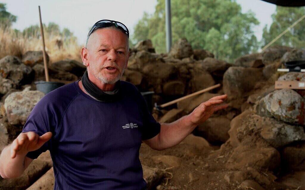 Enno Bron, co-directeur des fouilles sur un site datant du 11e siècle avant l'ère commune, près de Hispin dans le Golan. (Crédit : Yaniv Berman, Autorité des Antiquités israélienne)