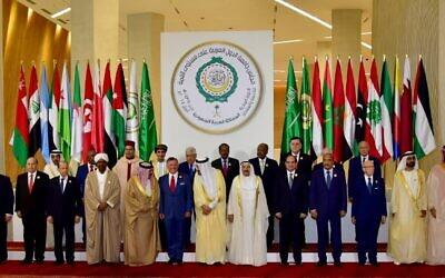(1er rang à partir de la gauche)  le président irakien Fuad Masum, le président yéménite Abdrabuh Mansour Hadi Mansour, le président libanais Michel Aoun, le président soudanais Omar al-Bashir, le roi de Bahreïn Hamad bin Isa Al Khalifa, le roi  Abdullah II de Jordanie, le roi d'Arabie saoudite Salman bin Abdulaziz, l'émir du Koweït Jaber al-Ahmad al-Sabah, le président de l'Egypte President Abdel Fattah al-Sissi,le président de la Mauritanie   Mohamed Ould Abdel Aziz, le président de la Tunisie Beji Caid Essebsi, le président des Emirats arabes unis Sheikh Khalifa bin Zayed al-Nahayan, le prince héritier d'Arabie saoudite Mohammed bin Salman Al-Saud (Deuxième rang, de droite à gauche) Le secrétaire général de la Ligue arabe Ahmed Aboul Gheit, le président du sénat algérien Abdelkader Bensalah, le Premier ministre du gouvernement d'unité libyen Fayez al-Sarraj, le président de Djibouti Ismail Omar Guelleh, le président de Somalie  Mohamed Abdullahi Mohamed, le chef de l'Autorité palestinienne Mahmud Abbas,le vice-Premier ministre d'Oman  Fahd Bin Mahmud Al-Said, le prince Moulay Rachid du Maroc, le président des Comores Azali Assoumani et l'ambassadeur qatari à la Ligue arabe Saif Bin Muqaddam Al-Buainain pendant le 29è sommet de la Ligue arabe à Dhahran, à l'est de l'Arabie saoudite, le 15 avril 2018. (Crédit : AFP PHOTO / STR)