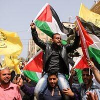 Des Palestiniens participent à une manifestation de soutien aux prisonniers palestiniens détenus dans les prisons israéliennes, dans la ville de Gaza, le 17 avril 2018. (AFP PHOTO / MAHMUD HAMS)
