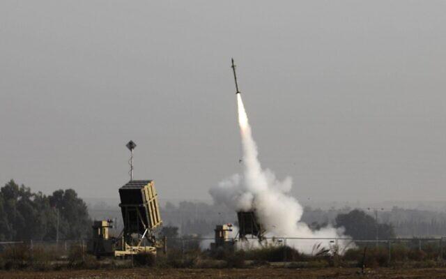 Un missile israélien lancé depuis le système de défense antimissile Dôme de fer, conçu pour intercepter et détruire les roquettes et les obus d'artillerie à courte portée, dans la ville de Sderot, au sud d'Israël, le 12 novembre 2019. (Menahem Kahana/AFP)
