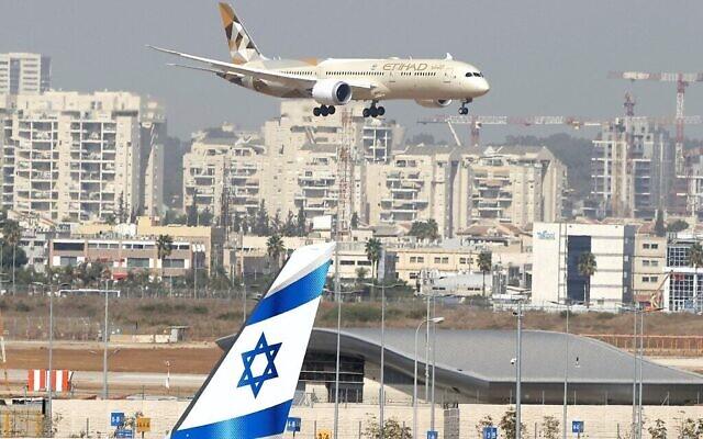 Un avion d'Etihad Airways qui transporte une délégation des Emirats arabes unis pour une visite officielle en Israël atterrit à l'aéroport Ben-Gurion, près de Tel Aviv, le 20 octobre 2020. (Crédit : JACK GUEZ / AFP)