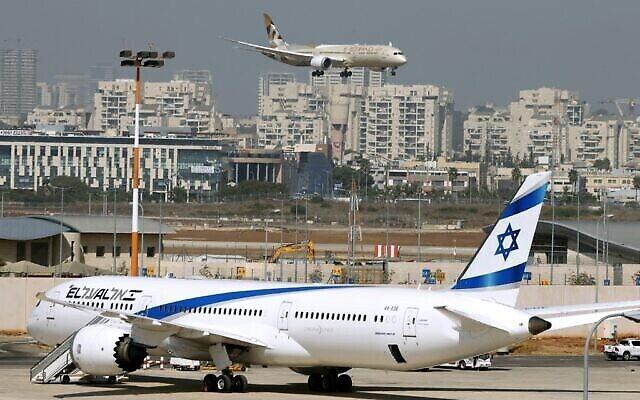 Un avion d'Etihad Airways transportant une délégation des Émirats arabes unis pour une première visite officielle, atterrit à l'aéroport israélien Ben Gurion près de Tel Aviv, le 20 octobre 2020. (JACK GUEZ / AFP)
